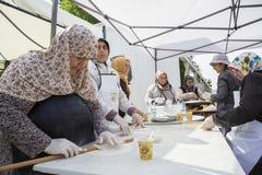 Turkiska kvinnor som förbereder pajer Royaltyfria Bilder