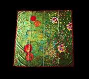 Turkiska orientaliska härliga scarves med bilder av naturligt silke på en svart bakgrund Royaltyfri Bild