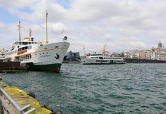 Turkiska passagerarfärjor som reser mellan Karakoy och Eminonu Royaltyfri Foto