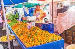 Turkiska persikor i den Antalya marknaden Arkivbild