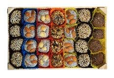 Turkiska sötsaker, godisar i en träask på den vita bakgrunden, Royaltyfri Bild