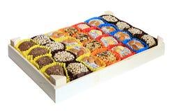 Turkiska sötsaker, godisar i en träask på den vita bakgrunden, Royaltyfria Foton
