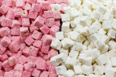 Turkiska sötsaker rosa färger och vit gläder lokum in Arkivfoto