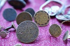 Turkiska stampers för ottoman med arabiskabokstäver i loppmarknad royaltyfria foton