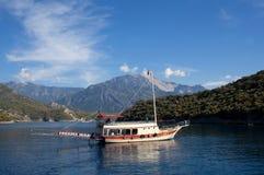 Turkiska touristic fartyg över det lugna havet i Oludeniz, Turkiet arkivfoton