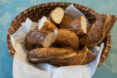 Turkiska traditionella baglar i korg på tabellen Arkivbild