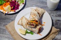 Turkiska traditionella foods; Lahmacun är på tappningtabellen arkivfoto