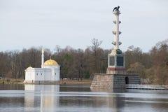 Turkiskt bad för paviljong och Chesme kolonn, mulen april eftermiddag Tsarskoye Selo Arkivbild