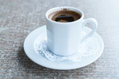 Turkiskt kaffe för traditionell stil i porslinkopp på tabellen Arkivfoton