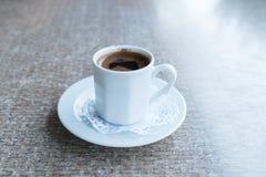 Turkiskt kaffe för traditionell stil i porslinkopp på tabellen Arkivbilder