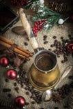 Turkiskt kaffe i kopparcoffekrukan royaltyfri fotografi