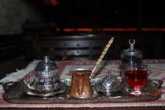 Turkiskt kaffe i kopparen på natten Arkivbilder