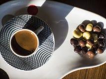 Turkiskt kaffe med chokladdragees arkivbilder