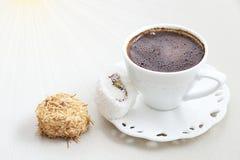 Turkiskt kaffe med mjölkar kräm- delig för chokladpistaschturk fotografering för bildbyråer