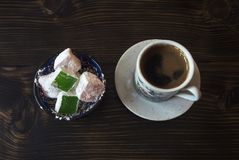 Turkiskt kaffe med turkisk fröjd på träbakgrund Royaltyfri Bild