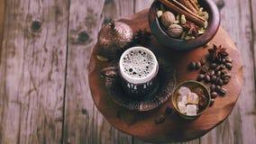Turkiskt kaffe och kryddor som roterar arkivfilmer