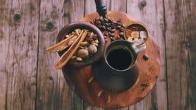 Turkiskt kaffe och kryddor som roterar stock video