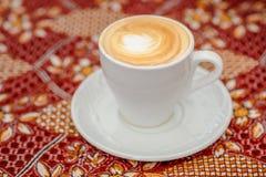 Turkiskt kaffe p? den traditionella bordduken arkivfoto