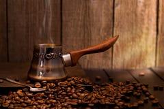 Turkiskt kaffe som bryggar krukan Royaltyfri Foto