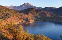 Turkiskt landskap med det Olympos berget, stranden och gräsplanskogen arkivbilder