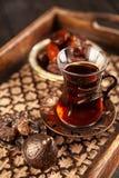 Turkiskt te i ett exponeringsglas Arkivbild