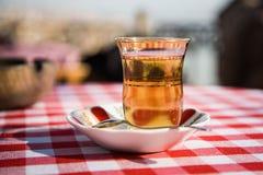 Turkiskt te i exponeringsglas Arkivbilder