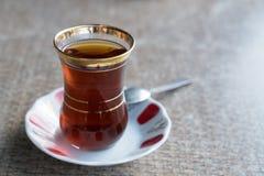 Turkiskt te i exponeringsglas för traditionell stil med skeden Royaltyfri Fotografi