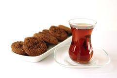 Turkiskt te i traditionellt exponeringsglas med kakan Fotografering för Bildbyråer
