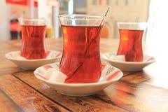 Turkiskt te med socker i traditionella koppar Royaltyfri Bild