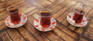 Turkiskt te med socker i traditionella koppar Arkivfoton