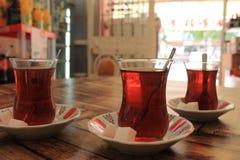 Turkiskt te med socker i traditionella koppar Arkivbild
