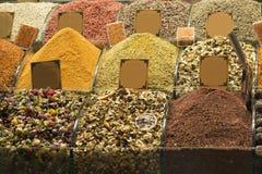 Turkiskt te på marknaden Arkivfoto