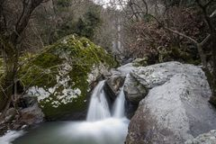 Turkmensk vattenfall, Aliaga izmir Vattenfall i djupt skoglandskap Royaltyfria Foton