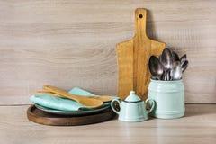 Turkoois en houten uitstekend aardewerk, vaatwerk, dishware werktuigen en materiaal op houten tafelblad Keukenstilleven als backg stock fotografie