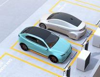 Turkoois groen elektrisch SUV en zilveren zelf-drijft sedan in het parkeerterrein van het autoaandeel royalty-vrije illustratie