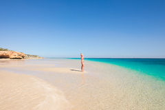 Turkoois het paradijsstrand van de blondevrouw Royalty-vrije Stock Afbeeldingen