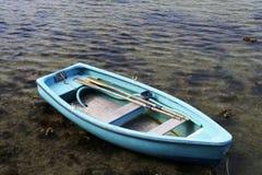 Turkoois het roeien boot ondiep duidelijk zeewater stock foto