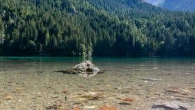 Turkoois meer in de bergen stock foto's