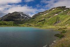 Turkoois meer in het nationale park van Jotunheimen stock afbeelding