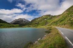 Turkoois meer in het nationale park van Jotunheimen stock afbeeldingen