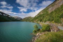 Turkoois meer in het nationale park van Jotunheimen royalty-vrije stock foto