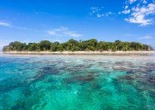 Turkoois oceaanwater en Idyllisch tropisch Eiland Sipadan, Maleisië Royalty-vrije Stock Fotografie