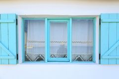 Turkoois ontworpen vensters op witte muur met gordijnen in Datca, T royalty-vrije stock afbeelding