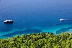 Turkoois overzees en bos Stock Foto