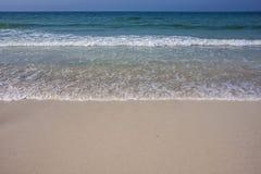 Turkoois overzees golfschuim op Ajman-strand, Verenigde Arabische Emiraten royalty-vrije stock foto's