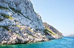 Turkoois water van het Egeïsche Overzees van het rotsachtige eiland Stock Fotografie
