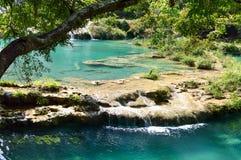 Turkooise die pools en kalksteenbruggen door de wildernis in Semuc Champey, in Alta Verapaz, Guatemala worden omringd Kaarten van Stock Foto's