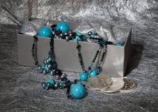 Turkooise Halsband op Zilveren Achtergrond Stock Afbeelding