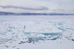 Turkooise ijsijsschol Ijs-afwijking van het meer van Baikal Het landschap van de winter Stock Foto