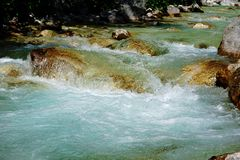 Turkooise Isonzo-rivier dichtbij Trenta, Slovenië stock foto's